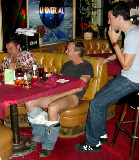 """""""24"""" dizisinin Jack Bauer'i Kiefer Sutherland, alkolü fazla kaçırınca uygunsuz hareketlerde bulundu ve nerede olduğunu unuttu, pantolonu ve iç çamaşırını çıkartarak, içkisini yudumlamaya devam etti."""
