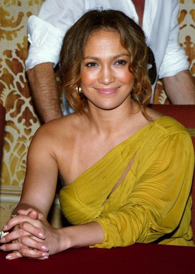 Eğer Jennifer Lopez'deki değişimi fark edebilirseniz, tebrikler! Gözünüzden asla bir şey kaçmaz demektir.  Sadece ojeleri pembeleştirildi ve kaşları kızıllaştırıldı.     Kaynak: Milliyet