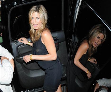 Aniston frikik dağıttı!