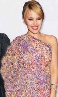 Kylie Minogue'un sık sık giydiği asimetrik kıyafetler, 40'lı yaşlarında sofistike bir havaya bürünmek isteyen kadınlar için ideal. Topuz takıntısı olan orta yaşlı kadınların da, tercihlerini Minogue'unki gibi sade ve kibar bir modelden yana kullanmaları gerekiyor.