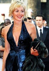 Sharon Stone, yıllardır saçlarının renginden hiç vazgeçmedi. Saçlarının boyu da, aralarından hafif balyajlar geçen parıltılı rengi de; 50 yaş grubu kadınlarına örnek olacak cinsten...