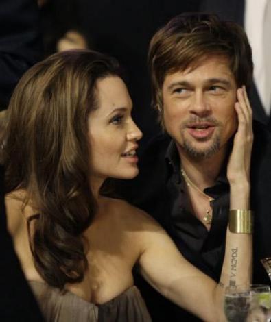 Fakat Bay ve Bayan Smith filminin çekimlerinde Brad Pitt ve Angelina Jolie birbirlerine aşık oldular. Çiftin hala mutlu bir birliktelikleri var ve 3'ü biyolojik olmak üzere 6 tane çocukları var...