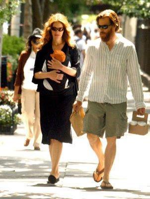 Beyazperdenin güzel yıldızı Julia Roberts da eşi Dany Mooder'ın hayatındaki ikinci kadın. Mooder, eşini aşık olduğu Julia Roberts için terk etti ve güzel yıldızla evlendi. Çiftin üç çocukları var.