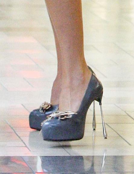 Bu topukların üzerinden nasıl durduğu ve nasıl yürüdüğü ise tam bir muamma!