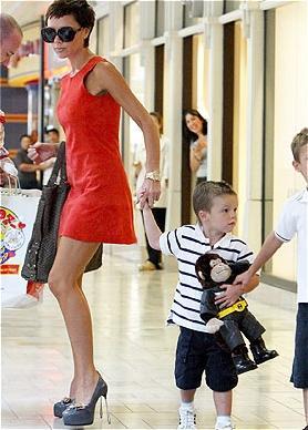 Yüksek topuklu ayakkabı sevdası herkesçe bilinen Victoria Beckham'ın son giydiği ince metal topuklu ayakkabı, görenleri şaşırttı!