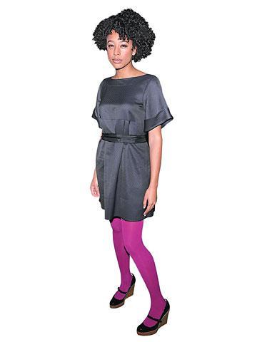 Kıyafetlerinize bu moda renklerle eğlence katın. Koton, renkli çoraplar şık bir elbiseyle bile kullanılabilir.