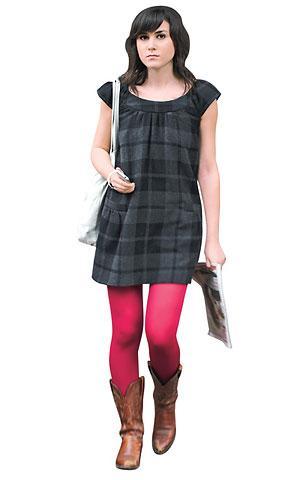 Basit ve çekici bir elbise... Sezonun modası kareli kumaşın altına yine kareli çoraplar çok şık bir ikili olabilir. Bu sonbahar-kış çizmelerinden kısa modeller mini elbiselerle çok şık duruyor...