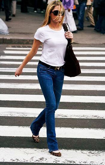 Haftasonu bir kot pantalon ve bir beyaz tişörtü şık bir kemer ve ayakkabıyla kullanabilirsiniz.