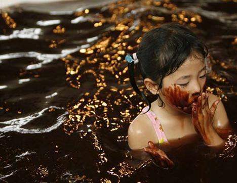 Uzmanlara göre çikolatanın içinde bulunan kakao, mango, fındık yağı ve kakao pudrası cildi beslerken, theobromine ve kafein de cilde uyarıcı ve canlandırıcı bir etki sağlıyor.
