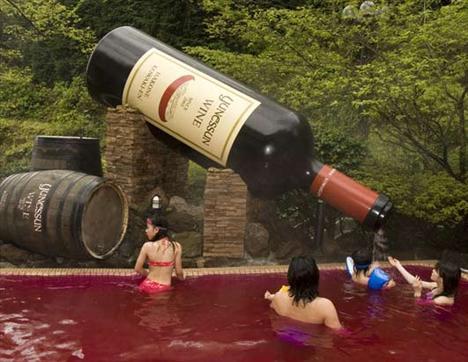 Fransa'nın Beaujolais bölgesinde başlatıldığı bilinen şarap banyoları aynı zamanda bir gençlik iksiri olarak kabul ediliyor.