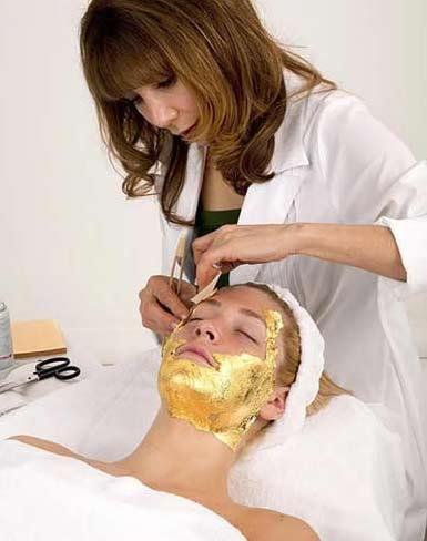 Altının cildi daha genç ve parlak yaptığıni belirten uzmanlar, Kleopatra'nın da yüzünde altın maskesiyle uyuduğunu söylüyorlar. Günümüzde ise en pahalı yöntem olduğu için sadece zengin müşteriler tercih ediyor. Ortalama 12 seans uygulanan yöntemin tek bir seansı 250 Dolar'dan başlıyor.