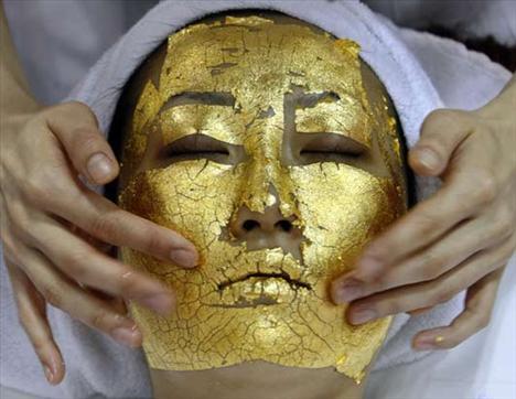 Artık kadınların genç görünmek için yeni bir formülü var: 24 ayar altın yüz maskesi... Kağıt gibi ince hale getirilen altınla tüm yüz kaplanıyor. 24 ayar altın maske yüzde 80 dakika bekletiliyor.