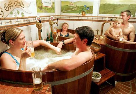 Özellikle Çek Cumhuriyeti ve Avrupa ülkelerinde uygulananılan bira banyolarının cildi temizleyici bir etkiye sahip olduğu belirtilmektedir.