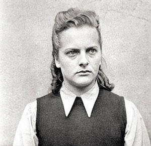 """Irma Grese Doğum: 1923, Ölüm: 1945  Irma Grese Ravensbrück, Auschwitz ve Bergen toplama kamplarında çalışmıştı. Kötü ve sapkın davranışlarıyla Grese, Nazi savaş suçlularının en bilinenlerindendi. Mart 1943'te kadın nöbetçi olarak Auschwitz'e adım attığında kamptaki en yüksek mertebeli ikinci kadın görevliydi. 30 bin Yahudi mahkumdan sorumluydu.  1945'te İngilizler tarafından tutuklandığında aleyhindeki suçlamalar kamptaki esirlere silahla vurarak ve kırbaçla döverek işkence etmek üzerineydi. Hayatta kalanlar Grese'nin Auschwitz'teki suçlarını, cinayetlerini, gaddarlığını ve cinsel istismarlarını ayrıntılı olarak anlattılar. Sadist eylemlerini, esirleri nasıl dövdüğünü, eğitimli ve aç bırakılmış köpekleri insanların üzerine saldığını ve gaz odasına gidecek olanları nasıl seçtiğini ayrıntılarıyla tanıklıklarında belirttiler. Grese'nin her zaman çok büyük asker botları giyip, elinde bir kırbaç ve silah taşıdığı anlatıldı. Esirlere hem fiziksel hem psikolojik yönden işkence eden ve ucunda sivri demirler bulunan kırbacıyla döven Grese, birçok mahkumu da soğukkanlılıkla öldürmüştü.  Binlerce insanın gaz odalarına gönderilmesinden sorumlu tutulan ve güzelliğinden dolayı """"Ölüm meleği"""" diye anılan Nazi kasabı, toplama kampları davasında beraber yargılandığı 11 kişiyle 13 Aralık 1945'te asıldı. İngiliz kanununda yargıç kararıyla öldürülen en genç kadındı. Grese'nin ölmeden önce celladına söylediği tek söz ise """"Çabuk!"""" oldu."""