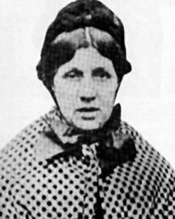 """Doğum: 1832, Ölüm: 1873  Mary Ann Cotton 20 kadar kişiyi arsenikle zehirleyerek öldürmüş bir İngilizdi. 20 yaşında William Mowbray'le evlendi ve Plymouth'a taşındılar. Beş çocuklu çiftin çocuklarından dördü ateş ve mide ağrısından öldü. William ve Mary Ann bu ölümlerden sonra ülkenin kuzeydoğusuna döndüler ve üç çocuk daha yaptılar. Fakat bu çocuklar da öldü. Koca ise Ocak 1865'te bağırsak rahatsızlığından hayatını kaybetti. Bu noktada Mary Ann hayat sigortasından 35 bin pound aldı. Bu olay, daha sonra da sık sık tekrar edecekti.  Yaşayan bir çocuğu ve ikinci kocası George Ward da bağırsak rahatsızlığı geçirip ölmüştü. Bir çocuğu daha ölünce, yerel gazeteler bu işin peşine düştüler. Mary Ann'in kuzey İngiltere'nin her yerinde dönem dönem yaşadığını, dört kocasının, bir sevgilisinin, bir arkadaşının, annesinin ve on iki çocuğunun öldüğünü ortaya çıkardılar. Bunların hepsi mide ve bağırsak hastalıklarından ölmüştü. Kadın, 24 Mart 1873'te asılarak idam edildi. Oldukça titiz bir kadın olduğu bilinen ve tarihe """"Kara Dul"""" lakabıyla geçen Mary Ann Cotton'a celladı acımamış, hemen ölmesi için verilmesi gereken damlayı vermemişti. Cotton da bu sebeple ölmeden önce bir hayli acı çekmişti."""
