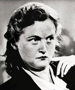 """Ilse Koch   Doğum: 1906, Ölüm: 1967  Ilse Koch 1937-1941 yılları arasında Buchenwald'ın, 1941-1943 yılları arasında da Majdanek toplama kampının amiri olan Karl Koch'un karısıydı. Özellikle dövmeli vücutlara düşkünlüğü ile tanınan Ilse öldürttüğü esirlerin derilerindeki dövmeleri kesip biriktirmesiyle ünlüydü. Kamplarda atıyla dolaşıp canının istediğini kamçıdan geçiriyordu. Mahkumlara karşı sadist davranışları ve acımasızlığı nedeniyle """"Buchenwald cadısı"""" olarak da biliniyordu.  1937'de Buchenwald'da görevli olan kocasının sahip olduğu iktidardan etkilenerek kampın esirlerine işkence etmeye başladı. 1940 yılında bir spor tesisi kurdurdu. Bu tesisin 250 bin marktan fazla tutan masrafının büyük bölümü mahkumların parasından alınmıştı. 1941'de kampta görev yapan az sayıda kadın nöbetçinin şefi oldu. Ilse o kadar ileri gitmişti ki Naziler tarafından bile fark edilip ağır para cezasına çarptırılmıştı. Savaşın bitiminden sonra ise müebbet hapse mahkum edildi. 135 kişinin ölümünden sorumlu tutulan Koch, 1 Eylül 1967'de Aichach kadınlar hapishanesinde kendini astı."""