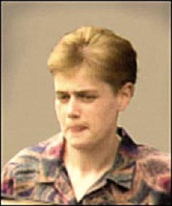 """7. Beverly Allitt   Doğum: 1968  """"Ölüm Meleği"""" lakaplı Beverly Gail Allitt, 1991 yılında pediatri hemşiresi olarak çalıştığı çocuk yurdundaki dört çocuğu öldürüp beşini yaralamaktan tutuklandı. O zamandan beri İngiltere'nin en kötü şöhretli kadın seri katili olarak anılıyor. Kullandığı cinayet yöntemi çocuğa insülin veya potasyum enjekte ederek kalp krizi geçirmesine neden olmaktı. Bu maddeleri bulamadığında da çocuğu boğuyordu. Allitt, suçu için mahkemeye çıkmadan önce, 58 günlük bir sürede çoğu iki yaşından küçük 13 çocuğa saldırdı ve dördünü öldürmeyi başardı.   Cinayetleri neden işlediği hiçbir zaman tam açıklığa kavuşmadı. Bir teoriye göre Munchausen Proxy Sendromu'ndan mustaripti. Bu tartışmalı kişilik bozukluğunda kişi ilgi çekmek için sorumluluğu ve bakımı kendine ait kişilere fiziksel zarar verme ihtiyacı duyuyordu. Beverly Allitt 2032'ye kadar Rampton Secure Hospital'da tutuklu olarak kalacak. Bu süre içinde toplum için tehlike oluşturacak bir davranışta bulunmazsa 64 yaşında iyi halden serbest bırakılacak."""