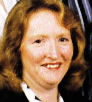 Katherine Knight   Doğum: 1956  Katherine Knight ömür boyu hapis cezasına çarptırılan ilk Avustralyalıydı. Ekim 2001'de, ayrılmış olmalarına rağmen boşanma davası devam eden kocası John Charles Thomas Price'ı öldürmekten tutuklandı. Knight bir mezbahada çalışıyordu. Kocası ise sık sık şiddete maruz kalıyordu. Kadın eski kocalarından birinin çenesini kırmış, bir başkasının da gözlerinin önünde sekiz haftalık yavru köpeğinin boğazını kesmişti.   29 Şubat 2000 günü Knight ve Price tartışmaya başladılar. Kadın boşanma davasından dolayı çılgına dönmüştü. Kasap bıçağıyla kocasını öldürdü. Otopside adamın vücudunda 37 bıçak izi tespit edildi. Yaraların çoğu çok derindi ve bıçak tüm hayati organlara saplanmıştı. Fakat dehşet daha yeni başlıyordu.  Knight kocasını öldürdükten sonra derisini soymuş ve deriyi oturma odalarındaki kapıya taktığı bir et çengeline asmıştı. Sonra adamın cesedini parçalamış, kafasını bir tencereye koyup pişirmeye başlamış ve kalçalarından aldığı eti fırına atmıştı. Yanına da hazırladığı sebzelerle birlikte çocuklarına yedirmeye çalışmıştı. Çocuklar eve gelmeden önce ise polis yetişip kadını tutukladı. Mahkemede kadının ilk vahşet gösterisinin bu olmadığı ortaya çıktı. Knight'ın davası 2006'ya kadar sürdü ve sonunda ölüm cezasına çarptırılarak hapishaneye yollandı.