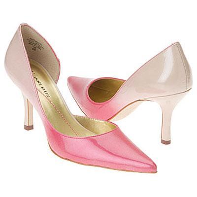 Uzun burunlu pembenin tonlarında kısa topuklu ayakkabı