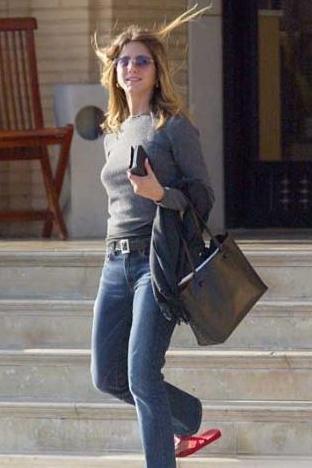 Dışarı çıkarken Jennifer Aniston gibi sade, temiz ve bakımlı olun.