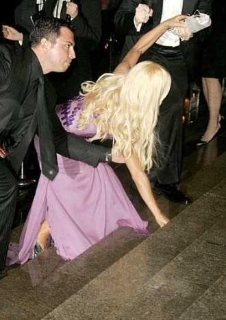 Düşerken bile tetikte olun ve Donatella Versace gibi kendinizi korumaya alın.