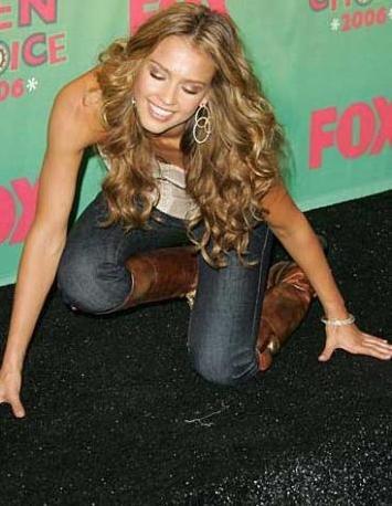 Eğer düşerseniz de Jessica Alba gibi kendi başınıza zarif bir biçimde yerden kalkmaya çalışın.