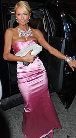 Saten elbise giyerken iç çamaşırlarınızın izlerinin dışarıdan görünmemesine dikkat edin. Tıpkı Paris Hilton gibi.