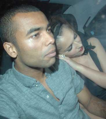 Ashley ve Cheryl Cole'a iyice bakın. Uykuları gelmiş ve birbirlerine böyle destek oluyorlar.
