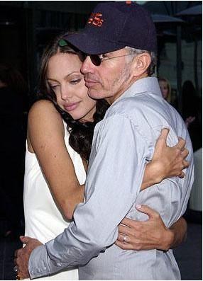 Hollywood'da bazen öyle iki insan birbirlerine aşık oluyor ki insan şaşırmadan edemiyor. İşte Hollywood'un artık hepsi tarih olan en uyumsuz çiftleri.   Angelina Jolie ikinci eşi Billy Bob Thornton ile evlendiğinde pek çok kişi şaşırmıştı. Çift bir süre gayet mutluydu. Ama Thornton, Jolie'nin evlat edindiği çocuğa pek iyi davranmayınca bu evlilik bitti.