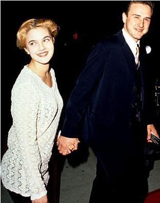 Drew Barrymore ve David Arquette bir süre birlikteydi. Yürümedi çünkü çift karakter olarak birbirine çok benziyordu.