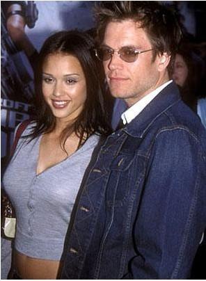Jessica Alba, Dark Angel'deki rol arkadaşı Michael Weatherly ile kısa bir süre birlikte oldu. Ama program bitince bu ilişki de bitti.