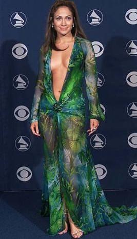 Gösteri dünyasının ünlüleri özellikle gece dışarı çıkarken dikkat çekici ve çarpıcı bir şekilde giyinmeye özen gösteriyorlar. Bazıları öyle elbiseler giyip öyle ustaca taşıyor ki.. Kimi zaman da sadece bir filmde canlandırdıkları karakter için giydikleri kostümler filmi görmeyenlerin hafızasında bile yer ediyor. İşte aradan yıllar geçse de unutulmayan o giysiler.   Jennifer Lopez'in 1990'lardaki bir MTV ödül töreninde giydiği bu elbise bütün zamanların unutulmazları arasında.
