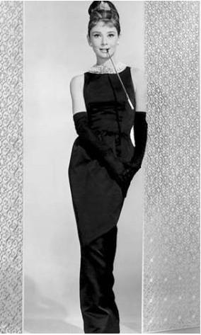 Audrey Hepburn'ün Tiffany'de Kahvaltı filminde giydiği bu siyah elbise sinema tarihinin unutulmaz kostümlerinden biri.