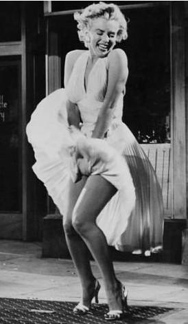 Marilyn Monroe'nun Yaz Bekarı (Seven Year Itch)filmindeki bu kostümü de bu sahne de kimsenin hafızasından silinmedi.
