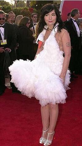 Björk'ün Oscar törenindeki kuğu biçimindeki elbisesi kimileri tarafından rüküş bulundu kimileri tarafından da şık.