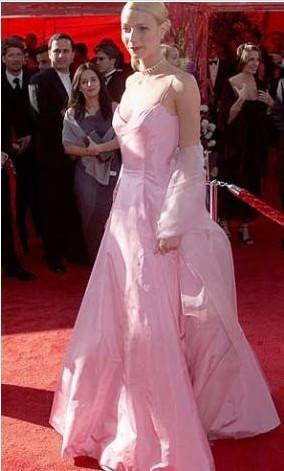 Gwyneth Paltrow, 1999'da Aşık Shakespeare ile ödül kazandığı Oscar gecesine bu romantik pembe elbiseyle katıldı.