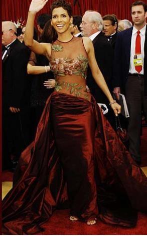 Bu da Halle Berry'nin 2002'deki Oscar töreni elbisesi. O gece Berry de en iyi kadın oyuncu Oscar'ını kazandı.
