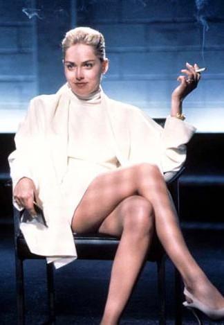 Sharon Stone'un Temel İçgüdü filmindeki bu giysisi de bu oturuşu da hafızalardan hiç silinmedi.