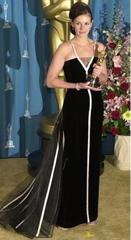 Bu şık Oscar gecesi elbisesi de Julia Roberts'tan.