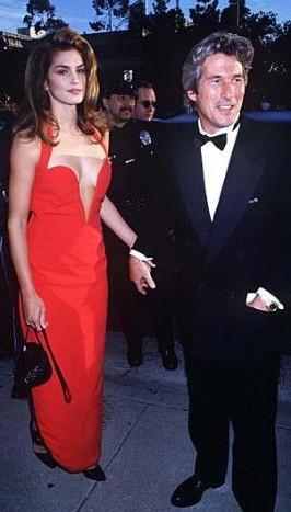 Cindy Crawford'un 1991'de giydiği bu kırmızı elbise hiç unutulmadı.
