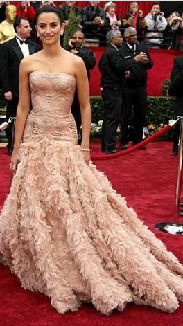 Penelope Cruz'un Oscar elbisesi çok konuşulmuştu.