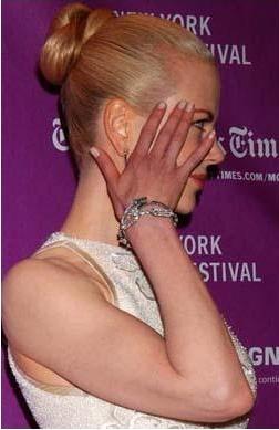 Nicole Kidman çok güzel bir kadın ama onun da ellerinin rengi dikkat çekecek kadar kırmızı.