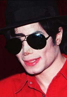 Michael Jackson estetik mucizesi olmaya çalışırken hilkat garibesi oldu.