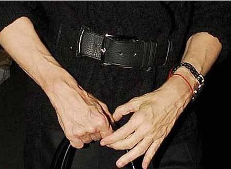 Madonna'nın elleri yaşını saklamıyor