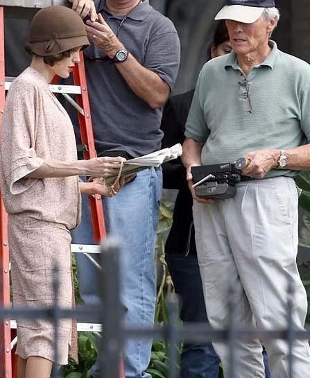 Bir 32 yaşındaki Angelina Jolie'nin ellerine bakın bir de onun iki katı yaşındaki Clint Eastwood'un. Arada fark yok gibi sanki.