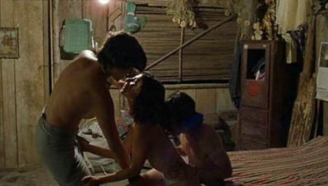 Son yılların en tartışmalı filmlerinden biri olan Ananı da (Y Tu Mama Tambien) kimilerine göre gereksiz erotik sahnelerle doluydu. Film, iki yeniyetme ile mutsuz bir evliliği ve trajik bir de sırrı olan yetişkin bir kadının öyküsü üzerine kurulu. Filmin en çok tartışılan sahnelerinden biri de Maribel Verdu, Diego Luna ve Gael Garcie Bernal'in canlandırdığı karakterlerin tekilaları ard arda yuvarladıktan sonra yaşadıkları.