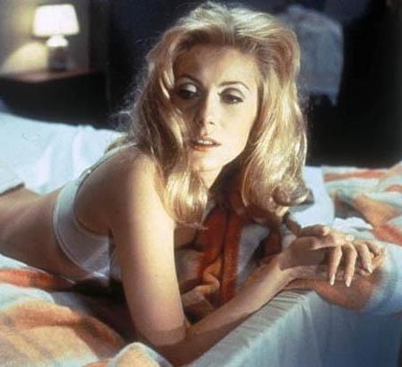 Gündüz Güzeli filmi, Luis Bunuel'in Joseph Kessel'in romanından uyarladığı, kocasından gizli hayat kadınlığı yapan bir genç kadının öyküsü üzerine kurulu. Soğuk sarışın Catherine Deneve belki günümüzün standatlarına göre pek de seksi sayılmaz ama yine de perdeden yayılan elektriği hala unutulmadı.