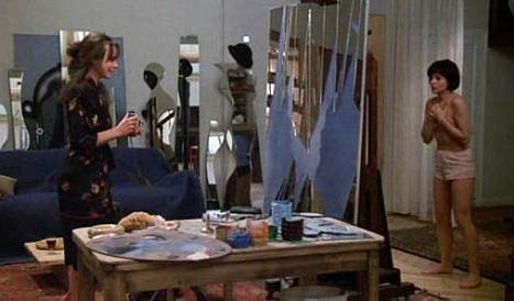 Varolmanın Dayanılmaz Hafifliği'nde, Juliette Binoche'nin canlandırdığı utangaç Tereza'nın Lena Olin'in oynadığı şehvetli Sabina'ya çıplak poz verdiği bu sahne kolay unutulmaz.