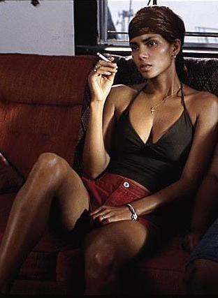 """Halle Berry'nin en iyi kadın oyuncu dalında Oscar kazanan ilk siyahi kadın yıldız olarak tarihe geçtiği Monster's Ball hemen açılıştaki cesur sahnesiyle hatırlanıyor. Berry'nin Oscar kazanmasında gardiyan rolündeki Billy Bob Thornton'a 'Bana kendimi iyi hissettir"""" baştan çıkardığı sahnenin de büyük etkisi olsa gerek."""