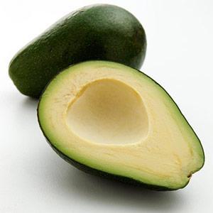 İçeriği günlü folate ihtiyacınızın yüzde 40'ını karşılar.  Günde bir avakado tüketirseniz kalp krizi riskinde hatırı sayılır bir düşüş görüleceği testlerle kanıtlanmış.  Folate nedir?  Doğal olarak folik asitten meydana gelen folate, yapraklı sebzelerde ve kahvaltıda yenilen güçlendirilmiş tahıl gevreklerinde bolca bulunuyor.